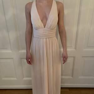 Vacker balklänning i strl 34. Oanvänd. Den är creme/aprikosfärgad.