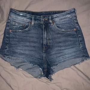 jättesöta jeans shorts som jag köpte förra sommaren men säljer då de inte passar längre! endast använda några gånger, bra skick! 💕 fri frakt 📦 🚚