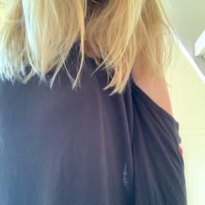 En blus med långa armar som är of sholder💜 Jätte bra skick💜 Strechig och lös💜 Svart💜