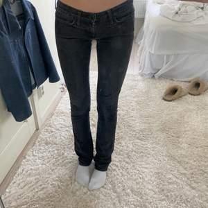 Superfina oanvända jeans från en gammal gina kollektion, jag är 174 och dom går ner till fötterna på mig