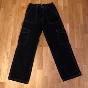 Svarta cargo pants från Urban Outfitters. Storlek 30/32