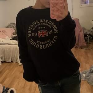 Säljer denna stickade tröja från Morris. Herrmodell. Vet inte storlek men jag på bilden är S. 250kr + frakt