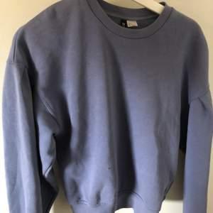Lila sweatshirt, strl S. Nyligen inköpt men inte riktigt min stil. Frakt tillkommer!