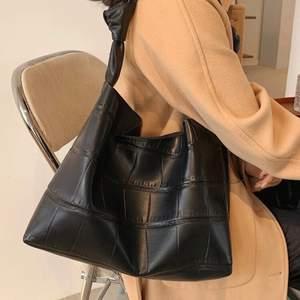 Väska i läder imitation. Super fin men inte kommit till användning. Kan gå ner i pris vid snabb affär eller köp av något mer 😀❤️