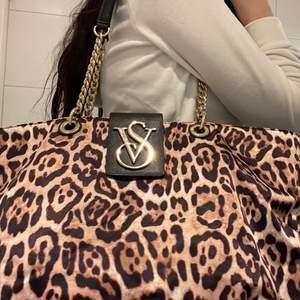 Leopard väska från Viktoria secret, 3 fack med bra förvaringsmöjligheter                                                      Pris + frakt vid leverans