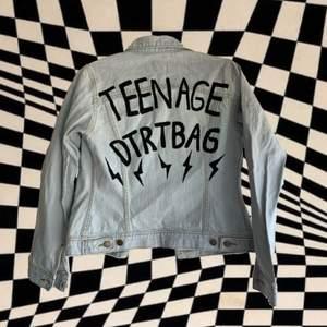 Lightwashed jeans jacket med skiitwnygg fitt. Gjorde en lite tribut till y2k bangern 'Teenage Dirtbag' med Wheatus. Målad med textilfärg och perfekt till våren/ sommaren. Matchar literally med ALLT.