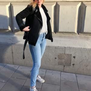 Jeans i slim modell från ginatricot. Rätt använda men har blivit försmå för mig så därav säljer jag dom. Säljer även dessa i svart!