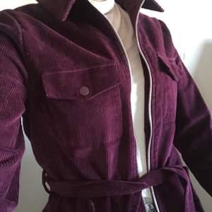 Super snygg mörk lila manchester jacka från NA-KD. Den har dragkedja i mitten, men även ett band runt. Använd fåtal gånger, topp skick💜