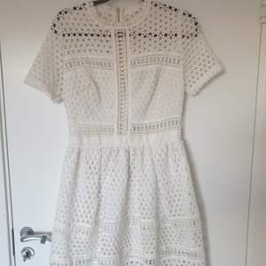 By Malina klänning model Emily i storlek S. Endast använd 2 gånger så är i nyskick