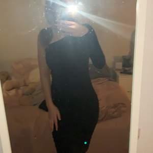 Säljer en svart klänning med en lång arm, väldigt fin, den är lite för lång för mig men om man gillar lite längre klänningar är den perfekt! ( är 160 lång )