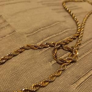Silver och guld halsband. Bra skick. Är både silver och guldfärgad. Vet inte om den är äkta. Köpte den för 300 kr