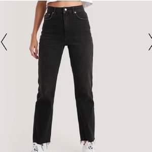 Jeans från Na-kd i storlek 34! Slutar precis ovanför foten på mig som är 173! Köptes för 500kr säljer nu för 150+frakt🥰