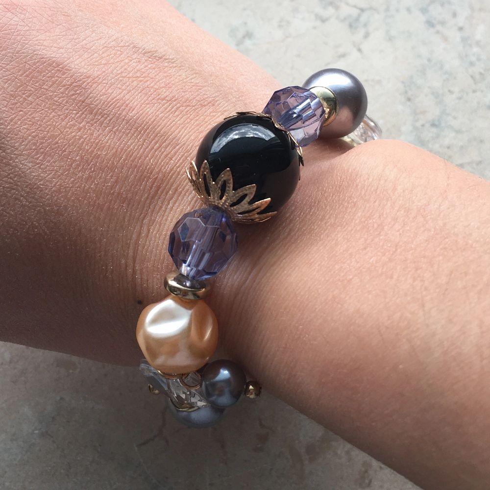 Supersnygg armband med olika stenar/pärlor och en stor svart på mitten. Helt ny och oanvänd! Enkelt att trä genom handen. Pris : 50kr plus 12kr frakt. Skriv om du undrar något 💞💞. Accessoarer.