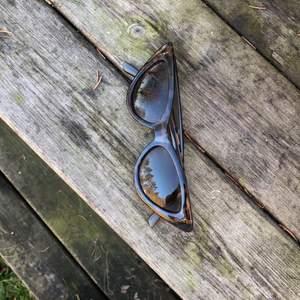 solglasögon i leopardmönster från Monki