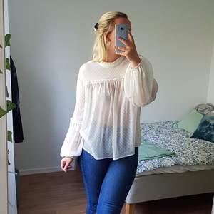Söt krämfärgad blus från H&M. Väldigt tunt material med prickar på. Väldigt romantisk ~ ALDRIG använd så i utmärkt skick!