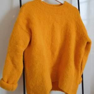 En super skön tröja i alpacka ull från H&M i orange/gul färg. Väldigt höstig