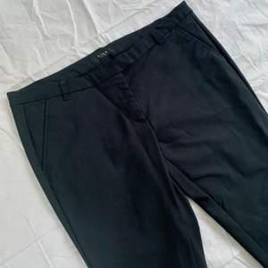 Kostymbyxor från Vila i halvstretchigt material, storlek L, men passar även M då de är små i storleken. Avsmalnande modell som stängs med dragkedja i gylf samt hake och knapp. Fickor framtill. Använda en gång, så helt i nyskick. Skriv vid frågor :)