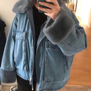 INTRESSEKOLL på min ascoola och populära jeansjacka med päls från HM💗 köpare står för frakt!  HÖGSTA BUD: 670 eller köp direkt för 800