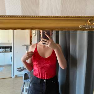 Röd velvetbody
