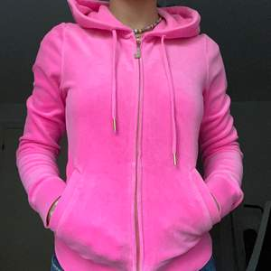 Direkt pris är 400 + frakt! BUD + FRAKT!! Fin rosa juicy kofta!! Köpte här på plick men har kommit fram till att jag verkligen inte passar i juicy couture :( Hoppas någon annan vill köpa!! <3