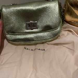 Jätte fin grön väska från Zara. Inte använd alls och har inga defekter eller slitningar någonstans. Jätte fin till partylooken eller bara till vardagen❤️