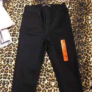 Svarta tighta jeans. Dessa är helt nya och oanvända.  Dessa är ej stretch och i storlek 36.