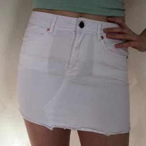 Kort vit jeanskjol köpt från United colors of Benetton i Paris. Sparsamt använd