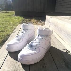 Säljer nu mina höga Nike Ari Force. Anledningen är att jag inte riktigt tycker om höga skor. Jag målade dom men blev inte nöjd så tog bort det men sömmarna sitter det kvar på men ser inte de som ett problem. Sitter lite färg på skosnörena. använda 3 gånger