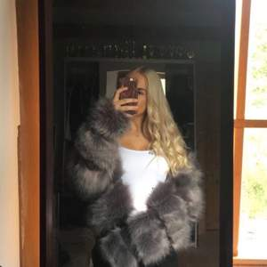 Säljer min gråa pälsjacka, sitter snyggt på! Storlek 36/S