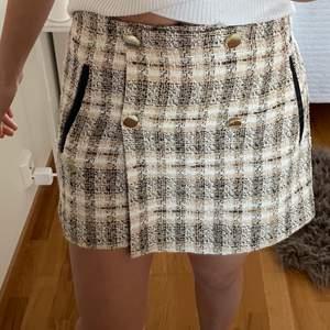 Super fin rutig kjol, men som är shorts där bak, vilket gör att den blir väldigt bekväm. Säljer då den inte används. Bra skick. 3 för 2 på allt jag säljer💓💓