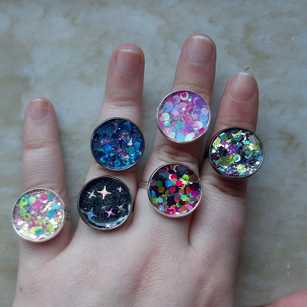 Jag göra glittriga ringar! Finns de på bilden, men också fler och jag gör gärna med ditt eget val av glitter ✨ Ringarna är justerbara, nickeltestade och finns i silver och gun metal 🌟 Frakt tillkommer med 12 kr!. Accessoarer.