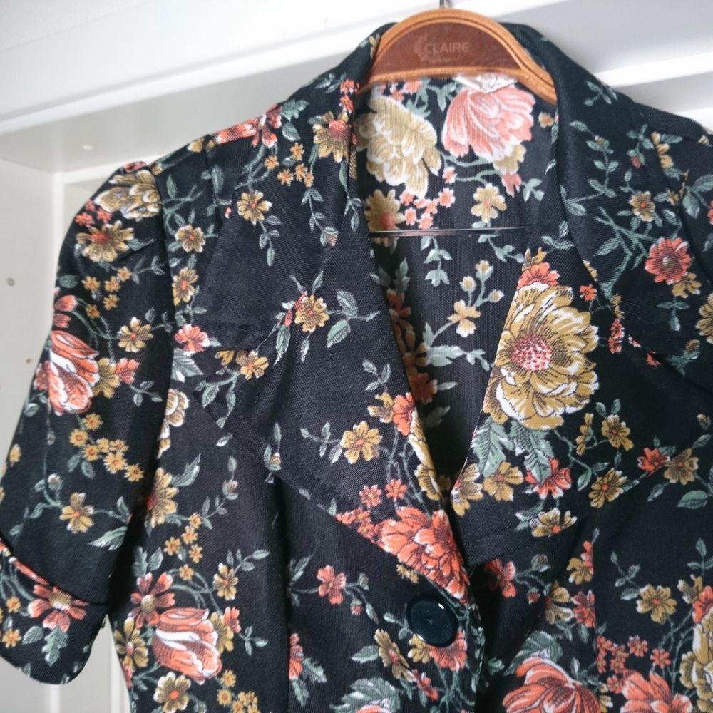 Så fin vintageblus med stora svarta knappar och band som knyts på ryggen. Ganska tjockt och rejält material. Ingen storleksmärkning men den passar bäst på 36/38🌻. Blusar.