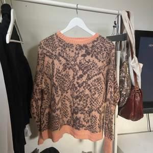 Snygg stickad tröja från weekday💞  har inte använts nästan alls så är i mycket gott skick🌷