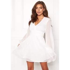 Nu är det dags att sälja den här super fina studentklänningen, som jag endast använde 1 gång under min student förra året. 🤍 Modellen heter Dahlia Dress och är från bubbleroom. Framhäver midjan super fint. Inga defekter. Nypris 500kr.