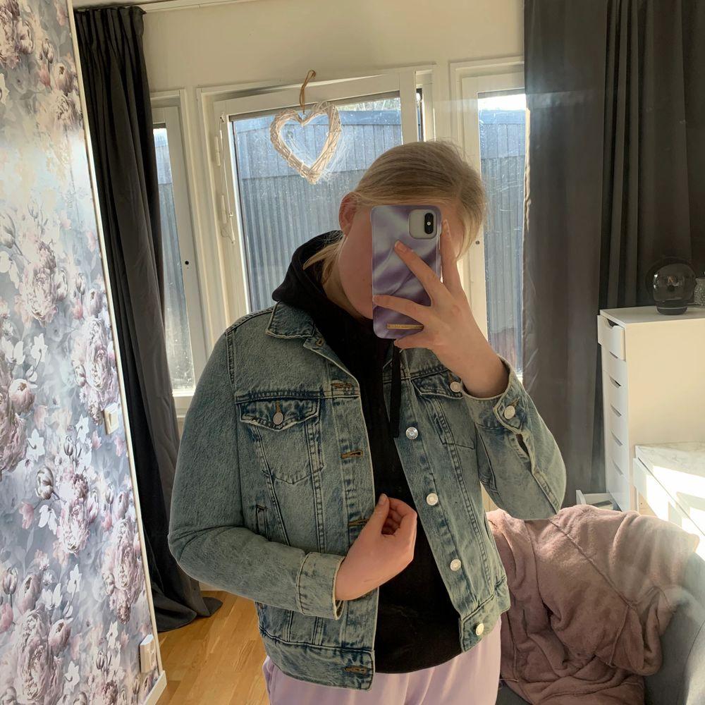 Super super fin jeans jacka från h&m. Den är för liten för mig men den är nästan aldrig använd. Super tråkigt att den är liten för mig för den är i NYSKICK!!!!!!!!!. Jackor.