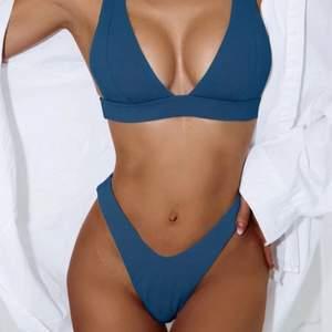 Sjukt snygg bikini i mörkblå färg, helt oanvänd. Storlek S men skulle även kunna passa M. ✨