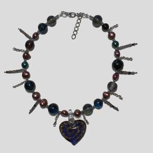 Handgjort halsband med unik glasberlock, reglerbart 32-40cm🖤 gratis frakt! Kolla gärna in mina andra annonser samt instagram @Flyingladybugz där jag säljer fler halsband samt tar emot custom-made halsband beställningar💗