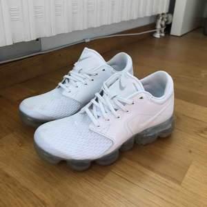 vapormax i en dam modell i st 36.  Jag försökte hitta skon och se vad nypriset ligger på ungefär men kunde inte hitta juste denna modellen och minns inte vad jag köpte de för då det var ett tag sen. Men dom är köpta i en Nike butik så de är 100% äkta.