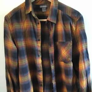 flanellskjorta från H&M, knappt använd då den är lite för liten för mig.