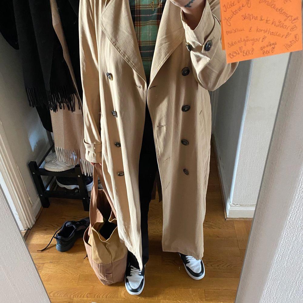Längre Beige trench coat i stl m använd 2ggr, möts i Malmö annars står köparen för frakt 🥰. Jackor.