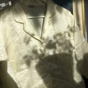 Skjorta i 100% äkta silke, strl 36/38.