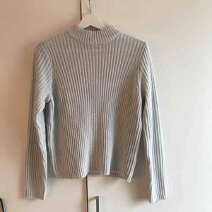 Superfin lite tunnare stickad tröja från hm. Storlek M men passar S också då den är från deras divided-kollektion. Frakt tillkommer