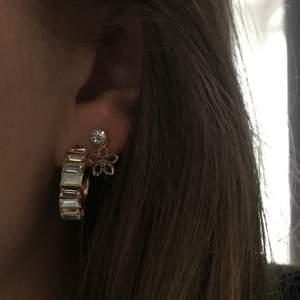 Lyxiga örhängen med pastellfärgade kristaller. Passar till allt och fina att matcha till andra smycken! 🤩
