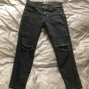 Fina hollister jeans, sitter bra på mig och lite korta, så inte min steal. Är 174 cm lång  Köpta för 700 kr.  Budgivning börjar på 60 kr