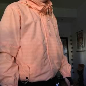 Ljusrosa jacka i väldigt fint skick. Säljer den för 200 kronor plus frakt.