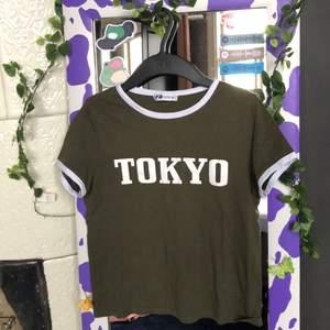 Jätte söt Tokyo tröja från New Yorker köpt för typ 2år sedan. Använd ganska mycket men ändå i väldigt bra skick!! Frakt tillkommer🦋