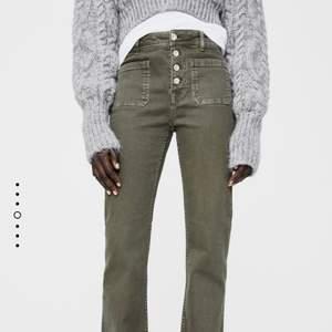 Säljer dessa helt nya jeans från Zara i storlek 34. Säljer då de var för långa för mig som är 165! Köparen står för frakten, kan mötas i Täby. Nypris 360kr, buda i kommentarerna 🤍