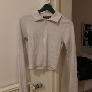 Snygg tröja med dragkedja, använd 1-2 gånger, nu för små för mig, jätte bra skick, köptes för ca 5 månader sen. Storlek 38. Vid intresse eller frågor hör gärna av dig!