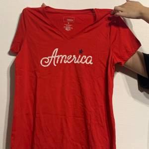Röd T-shirt med tryck på bröstet! Aldrig använd så fint skick!