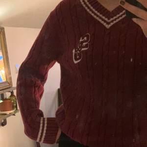 Vinröd stickad tröja med vita detaljer. Andvänt men fint skick. Köpare står för frakt